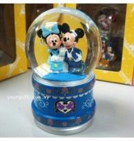 Mickey & Minnie Dating Water Globe Dipslay